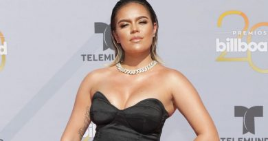 Without a bra and in a transparent dress, Karol G shakes her hips and shares her hottest photo