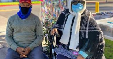 Elderly couple go out to sell daily despite the risks of the pandemic